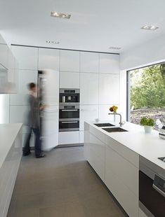 Weiße Küche mit Sandsteinfliesen Strenge Rechtecke dominieren die weiße Küche - sowohl bei den Schrankeinbauten als auch bei den Sandsteinfl...