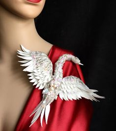 "Брошь ""Белый лебедь"" Цена 2500 сом (2100 руб) ----------------------- #marinapushkareva_art #мастерабишкека #вышивкабисером #аксессуарыбишкек #маринапушкарева #beadembroidery #brooches #handmadebrooches #handmadebishkek #marinapushkareva #белыйлебедь #брошьлебедь"
