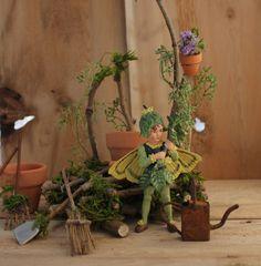 Caja de árbol hada con banco del jardinero por OliveNatureFolklore                                                                                                                                                                                 Más