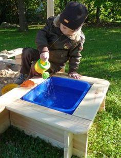 Wie wäre es mit einer Matchbox für den Sandkasten? So bleibt der Sand im Kasten trocken und die Plastikwanne lässt sich schnell entnehmen, leeren und reinigen.