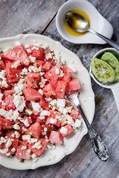 Rezept für 2 große oder 4 kleine Portionen  800g Wassermelone 150g Feta Saft von 1 Limette 2 TL Honig 2 EL Olivenöl 1 kleine Prise Salz 3-4 Zweige Thymian frisch gemahlener Pfeffer