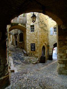 Calle de adoquines, Saint Montan, Francia