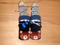 Windelbabys Bär mit Rasselsöckchen - süsses Mitbringsel zur Geburt