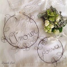 Ghirlanda in fil di ferro tonda con fiori e scitta : Accessori casa di fili-di-poesia