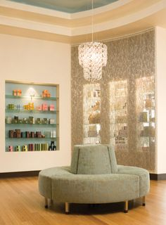 waiting area with retail salon spa - Bing images Beauty Salon Decor, Beauty Salon Design, Beauty Salon Interior, Retail Wall Displays, Salon Reception Area, Hotel Reception, Spa Room Decor, Home Decor, Waiting Room Design