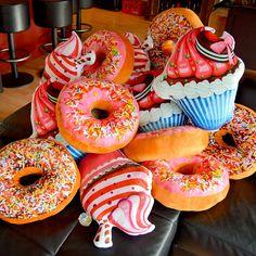 Een lekker donut kussen om lekker op de bank te chillen. Niet alleen smakelijk maar hij zit ook heel lekker. Voor 22:00 uur besteld morgen in huis.