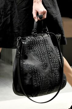 Bottega Veneta Spring 2011 Ready-to-Wear Accessories Photos - Vogue My Bags, Purses And Bags, Handbag Accessories, Fashion Accessories, All Black Fashion, Stylish Handbags, Dior Handbags, Beautiful Bags, Beautiful Things