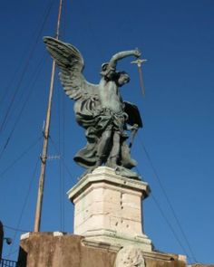 Бронзовая скульптура Архангела Михаила на самом верху замка Святого Ангела в Риме была поставлена в 1753 г. Интересен тот факт, что ёе автор, Пьетро ван Верскаффельт, чтобы  подчеркнуть, что ангел именно убирает меч, а не достает его, заставил статую повернуть голову и смотреть на ножны.