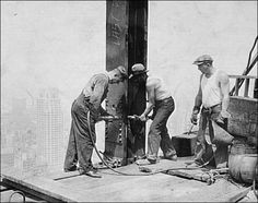 Empire State Building under construction - En el proyecto participaron 3 400 trabajadores, en su mayoría inmigrantes procedentes de Europa, junto con cientos de trabajadores de Mohawk (expertos en hierro), muchos de ellos de la reserva de Kahnawake, cerca de Montreal. Según las cuentas oficiales, cinco trabajadores murieron durante la construcción.