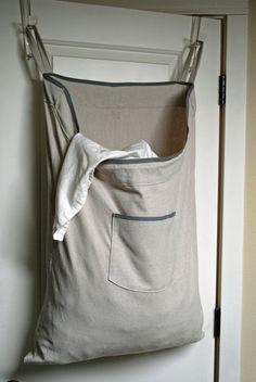 Inclínate por un cesto de ropa que se pueda colgar para optimizar espacio. | 21 Consejos para hacer que un cuarto chiquito se vea más grande