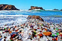 Glass-beach-in-California1.jpg 700×469 képpont