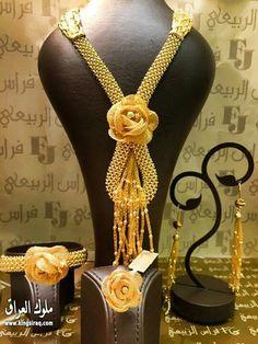 جوانه Golden Jewelry, Rose Gold Jewelry, Gold Jewellery, Jewelery, Arabic Jewelry, Hand Jewelry, Bridal Jewelry Sets, Gold Set, Gold Bangles