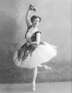 Baletti syntyi Italiassa renensanssin aikaan 1400-luvulla. Alussa baletti oli hoviväen huvittelu- ja seurustelumuoto. Baletti kehittyi tanssimestarien järjestämiksi tanssispektaakkeleiksi, joita hoviväki esitti toisilleen. Esittävän tanssin ja seuratanssin ero oli niissä häilyvä, sillä tanssijat olivat hoviväkeä ja tanssit muistuttivat ajan seuratansseja. Ensimmäiset teatterit rakennettiin balettia varten vuonna 1580.