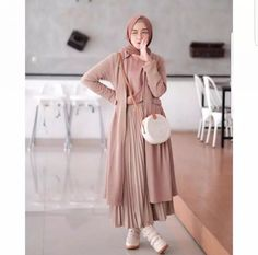 21 Modest Ways To Style Long Pleated Skirts With Hijab Fashion - Zahrah Rose hijab remaja rok plisket Modest Fashion Hijab, Modern Hijab Fashion, Modesty Fashion, Hijab Fashion Inspiration, Islamic Fashion, Muslim Fashion, Fashion Outfits, Modest Outfits Muslim, Hijab Fashion Style