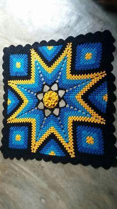Tapete de crochê Crochet Pillow, Crochet Cushion Cover, Crochet Cushions, Crochet Granny, Knit Crochet, Crochet Home, Crochet Crafts, Crochet Projects, Crochet Decoration