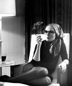 Faye Dunaway smoking wearing sunglasses and a headscarf for an interview in 1968 [Express] Charlotte Rampling, Faye Dunaway, People Smoking, Women Smoking, Twiggy, Bianca Jagger, Alexa Chung, Old Hollywood, Star Fashion