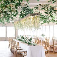 Well hello, heavenly hanging florals that are giving us ALL the heart eyes!😍{Photo: @aaronandjillian; Event Design: @oohevents}