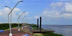 El malecón del Bicentenario es una de las nuevas obras en Barranquilla, de cara al río Magdalena. City Collage, Magdalena, Yesterday And Today, Caribbean Sea, Wind Turbine, Sidewalk, River, Carnival, Gift