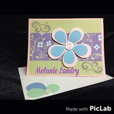"""•Création de Mélanie Landry - Première carte réalisée. Utilisation du punch """"pétales"""" de Fiskars, d'un punch rond, d'une étampe fioriture et d'un bouton pour faire le coeur de la fleur. #card #Fiskars #flower #flourish #button"""