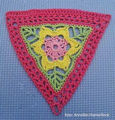 Crochet Triangle, Form Crochet, Granny Square Crochet Pattern, Crochet Squares, Crochet Home, Crochet Motif, Crochet Designs, Crochet Crafts, Crochet Stitches