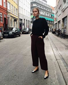 Cozy sweater, wide leg cropped pants, pointy shoes and statement earrings combo Mode Outfits, Fall Outfits, Casual Outfits, Work Fashion, Fashion 2017, Fashion Outfits, Fashion Weeks, Sandro, Look 2018