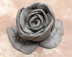 We made these roses with clay, but it could be done with Fimo or Sculpey, or any other kind of air dry clay in time for Mother's Day if. Clay Projects For Kids, Diy Projects, Smart Class, Cerámica Ideas, Pottery Handbuilding, Rose Clay, Clay Ornaments, Slab Pottery, Air Dry Clay