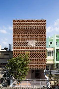 Besser blocks / breeze blocks retro concrete blocks Apartment in Binh Thanh, Ho Chi Minh, Vietnam by Sanuki Daisuke Architects Architecture Renovation, Brick Architecture, Contemporary Architecture, Brick Design, Facade Design, Brick Facade, Small Buildings, Building Facade, Brickwork