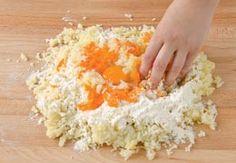 Ingredienti: 1 kg. di patate200 g. di zucca gia pulita e cotta1 uovo150 g. di farinaun pizzico di cannellaun po' di parmigiano200 gr. di spinaci100 gr. di nociscaglie di granauna noce di burroCuocere le patate in acqua con la buccia, e se sono acquose passarle in forno. Cuocere la zucca al forno avvolta in carta…