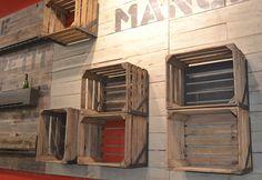 Etagères avec d'anciennes caisses à fruits directement accrochées au mur de parement en planches de palox créé pour un magasin Bio, by récup'LULU, fait à cavaillon