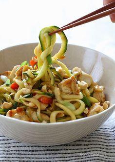 Zoodles de zapallo italiano con pollo al wok