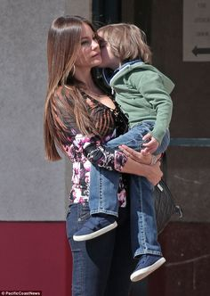 Smooches on set: Sofia Vergara carried around her tiny co-star, Jeremy Maguire, who planted a kiss on her cheek in between takes on Modern Family on Tuesday Serie Modern Family, Modern Family Funny, Funny Family Photos, Sofia Vergara, Family Feud Funny Answers, Morden Family, Funny Family Costumes, American Modern, Family Humor