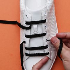 3 Cool Ways To Lace Your Shoes Astuces lacets Tie Shoes, Your Shoes, Shoes Cool, Pretty Shoes, Diy Fashion, Womens Fashion, Fashion Tips, Trendy Fashion, Fashion Hacks