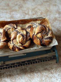 Golose e fragranti chioccioline di sfoglia alla nutella, un dolce facile e veloce da preparare per la merenda dei bambini!