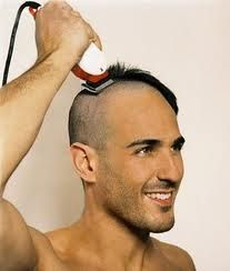 Desde el inicio de los tiempos, los hombres se han afeitado la cabeza por una multitud de razones, desde razones religiosas a razones de estética.Las calvas artificiales han sido valoradas en dife...