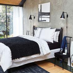 Le tapis Eberling. Tout en nuances de bleu et de gris son aspect bicolore donnera un style vintage à votre salon.Véritable élément de décoration, isolant thermique et phonique, le tapis réchauffe l'atmosphère, structure l'espace et apporte du confort. De grande qualité, les tapis AM.PM sont fabriqués artisanalement.Composition :- 100% laine. Caractéristiques :- Type de fabrication : tissé main- Poids : 3800g/m²- Hauteur des poils : 1 cmEntretien :Aspirer régulièrement. Nettoyer i...