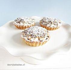 Ook zo gek op de Zwitserse roomvlaai? Wat dacht je van deze mini Zwitserse room vlaaitjes? Ontzettend lekker en romig! Kijk snel! Bake My Cake, Pie Cake, Cookie Desserts, Cookie Recipes, Dessert Recipes, Mini Cakes, Cupcake Cakes, Cupcakes, Baking Bad