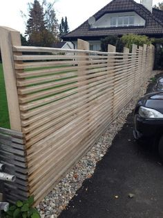 Staket och spalje in 2020 Diy Backyard Fence, Diy Garden Fence, Backyard Play, Backyard Landscaping, Fancy Fence, Privacy Fence Designs, House Cladding, Privacy Screen Outdoor, Modern Fence