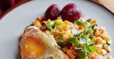 Allt går att blanda ner i en pytt. Ta vad du har, men tillbehören inlagda rödbetoroch stekt ägg är ett måste. /Per