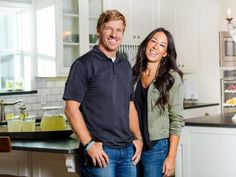 Chip and Joanna Gaines of Fixer Upper - One of my favorite shows. Chip and Joanna are my favorite of the HGTV hosts/designers. Gaines Fixer Upper, Fixer Upper Joanna, Updated Kitchen, Diy Kitchen, Kitchen Ideas, Kitchen Design, Kitchen Updates, Kitchen Inspiration, Kitchen Interior