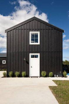Black And White Barn - Gæstesuiter til leje i Matakana, Auckland, New Zealand Black Shed, Black Barn, Black House, Board And Batten Cladding, Board And Batten Exterior, White Cabin, White Cottage, Boston House, Black Exterior