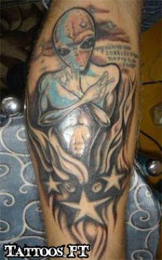 tattoo Aliens tatuado no antebraço, tatuagem Aliens tatuado no antebraço