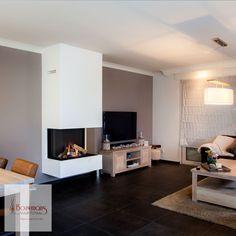 In Asten hebben wij de Dru Maestro 80-3 gehangen. Uiteraard rekening gehouden met de hoogte van andere meubels, zodat mooie lijnen ontstaan. Het rookkanaal gaat recht omhoog, door de verdieping en het pannendak.  #Dru #Maestro #gas #haard #kachel #asten #bouwmans #vuur