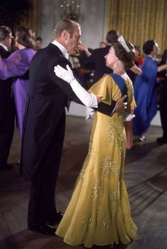 Queen Elizabeth II dances with President Gerald Ford at a White House State dinner honoring the Queen's US Bicentennial visit to Washington DC - July 1976 Hm The Queen, Her Majesty The Queen, Save The Queen, Queen Queen, Princesa Real, Isabel Ii, Queen Of England, Queen Mother, Elisabeth