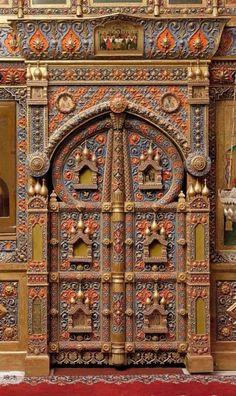 russian-door-red-gold-grey-details.jpg 640×1.076 piksel