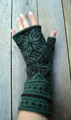 Green Fingerless Gloves with Stars - Nordic Gloves - Gift Ideas nO Mittens Pattern, Knit Mittens, Knitting Socks, Hand Knitting, Knitted Hats, Knitting Patterns, Fingerless Mitts, Crochet Gloves, Wrist Warmers