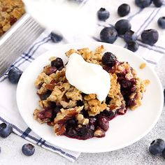 Blueberry Crumble (vegan + gluten-free) A delicious and easy blueberry crumble that can be made with frozen blueberries. Added bonus, it's vegan, gluten-free and sweetened only with maple syrup! Vegan Sweets, Healthy Sweets, Healthy Dessert Recipes, Whole Food Recipes, Healthy Snacks, Breakfast Recipes, Cooking Recipes, Snacks Recipes, Recipies