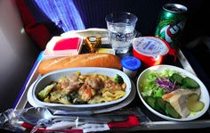 Dîner en classe éco:   La nourriture de 20 compagnies aériennes, en classe éco vs. première classe