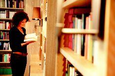 """Gut 3.000 Bücher beherbergt das Wortreich    Sie lesen gerne, besonders im Urlaub? Im """"Wortreich"""", der Bibliothek mit Lesesalon, können Sie aus über 3.000 sorgsam ausgewählten Büchern wählen. Oder bei """"Literatur am Berg"""" bei Lesungen und Buchpräsentationen neue Einblicke gewinnen. Berg, Literature, Reading, Vacation"""