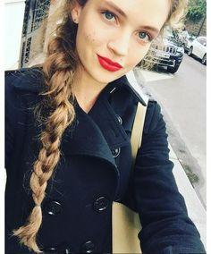 Inspiration coiffure et makeup d'Adrienne Jüliger : bouche rouge et tresse