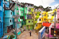 Projeto dos holandeses Haas e Hahn, o Favela Painting, super colorido e criativo, é a maneira que os artistas descobriram de sugerir um novo olhar – mais livre de pré-conceitos – sobre as favelas dos morros cariocas.